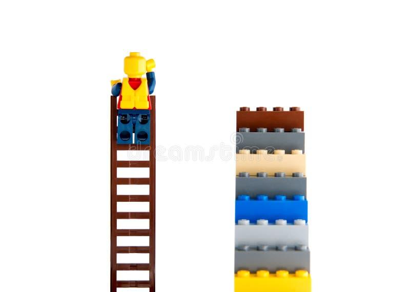 Escalada humana do construtor na escada fotos de stock royalty free