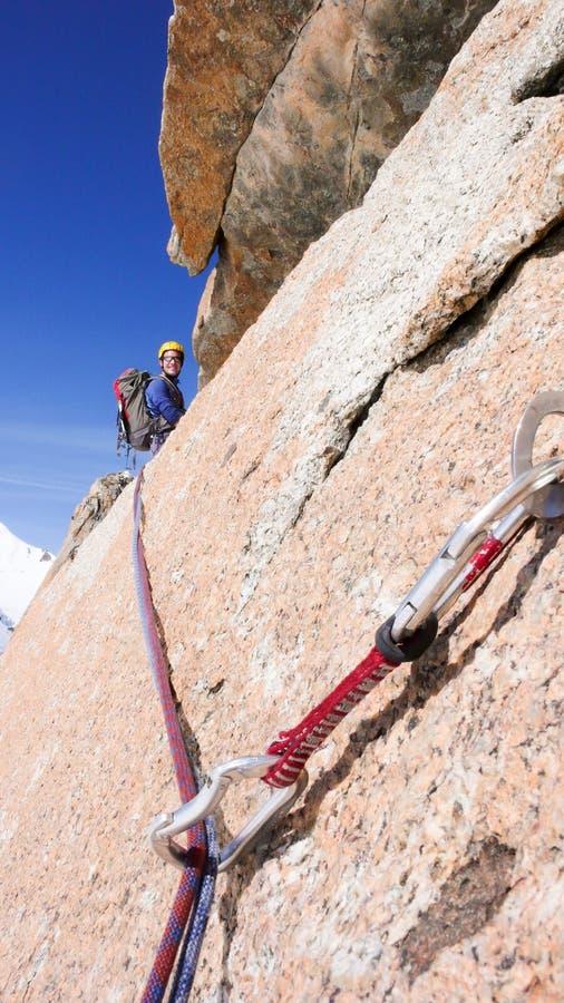 Escalada masculina una ruta vertical escarpada de la escalada del granito en las montañas francesas cerca de Mont Blanc sobre el  fotos de archivo libres de regalías