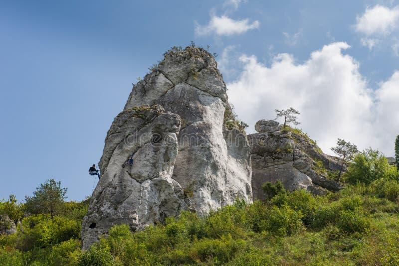 Escalada na rocha jurássico Uma vista atmosférica de Jura Céu azul e nuvens fotos de stock royalty free