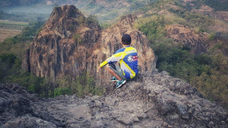 Escalada no pico da montanha da rocha fotografia de stock royalty free