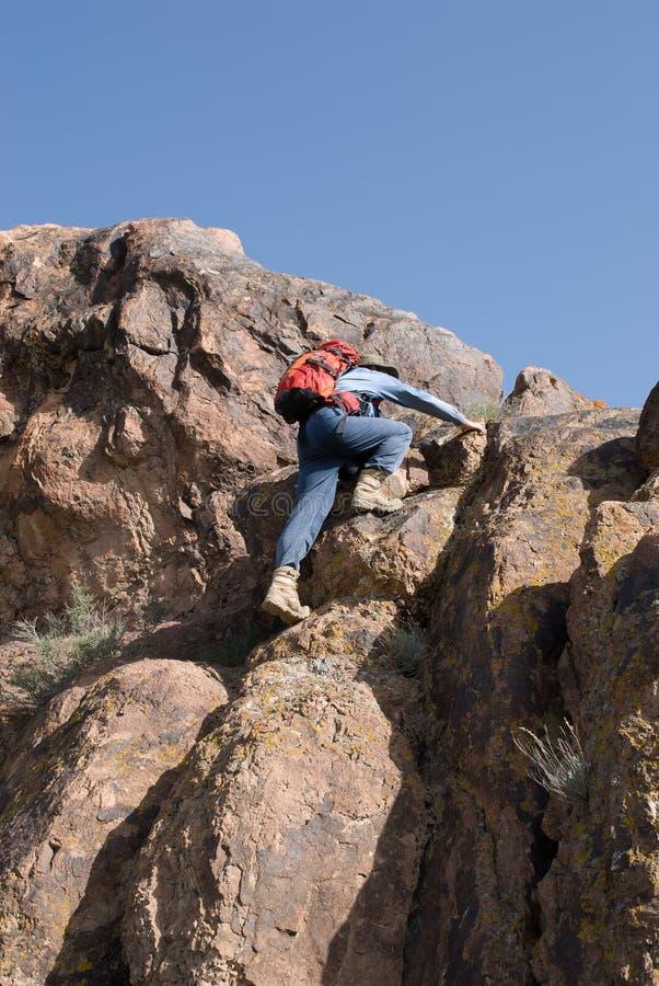 Escaladas do alpinista à parte superior fotografia de stock