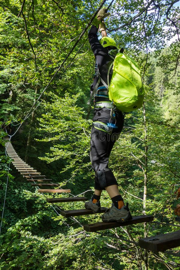 Escaladas do homem, na maneira a Ferrata Postalmklamm, Áustria, Europa fotografia de stock royalty free