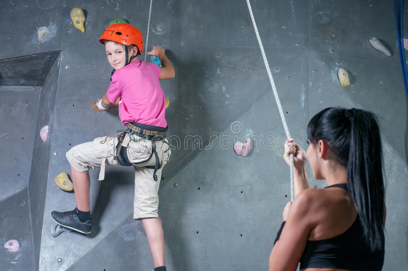 Escalader le mur images stock