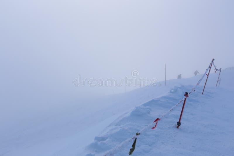 Download Escaladez Les Montagnes Dans Une Tempête De Neige Photo stock - Image du danger, enjeu: 45368286