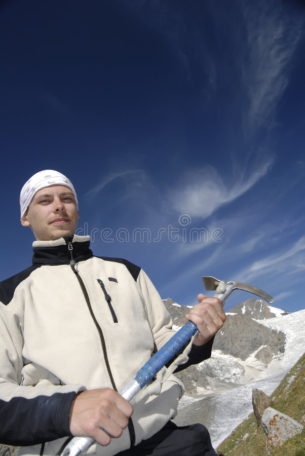 Escalador de montaña con el hielo-hacha fotos de archivo libres de regalías