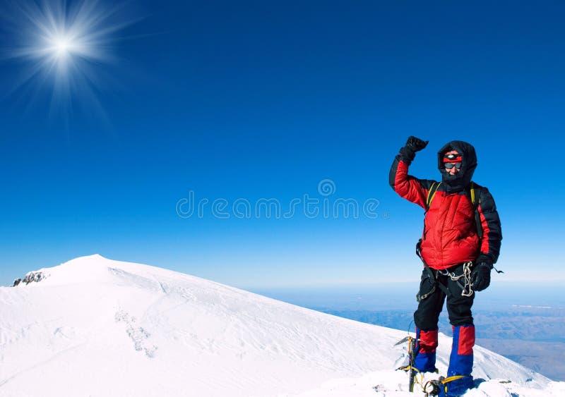 Escalador de montaña masculino solitario en cumbre foto de archivo libre de regalías