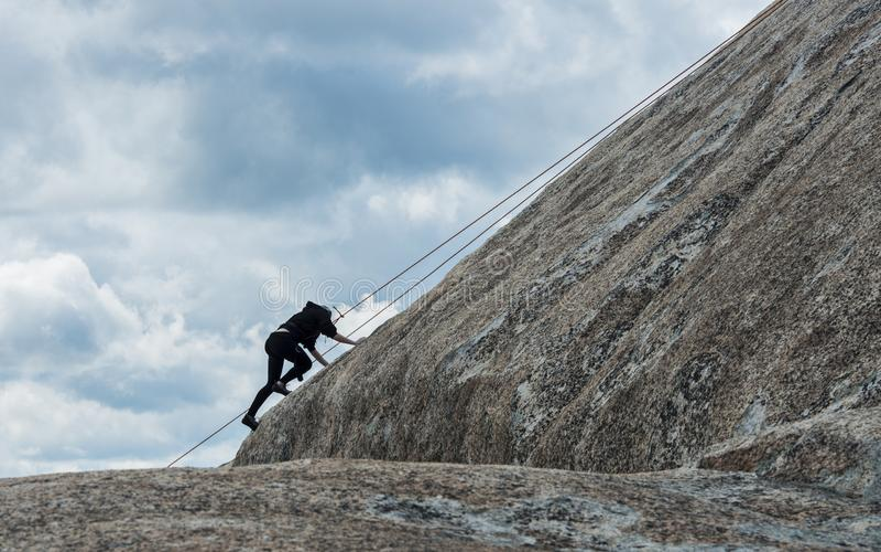 Escalador de roca del estudiante en silueta fotografía de archivo