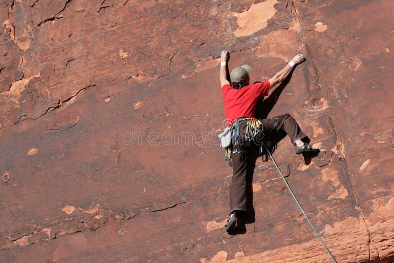 Escalador de roca en el acantilado fotos de archivo