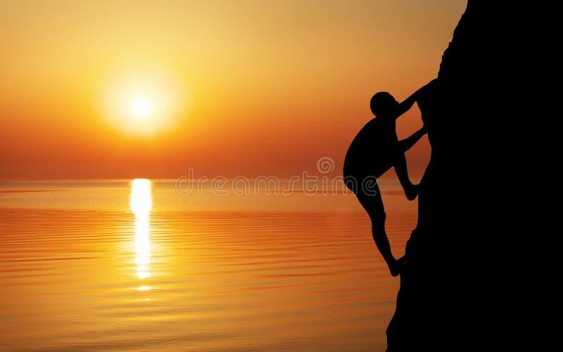 Escalador de roca en el fondo de la puesta del sol fotografía de archivo libre de regalías