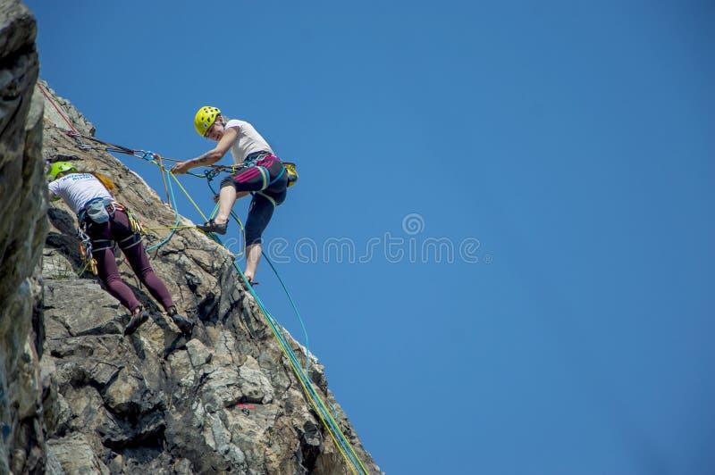 Escalador de roca en la pared fotografía de archivo libre de regalías