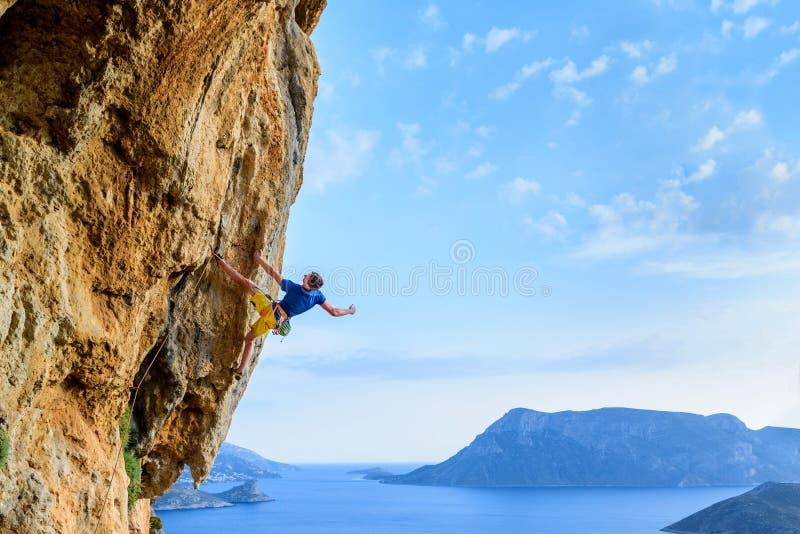 Escalador de roca en un acantilado desafiador, forma de vida extrema del deporte Tr fotos de archivo