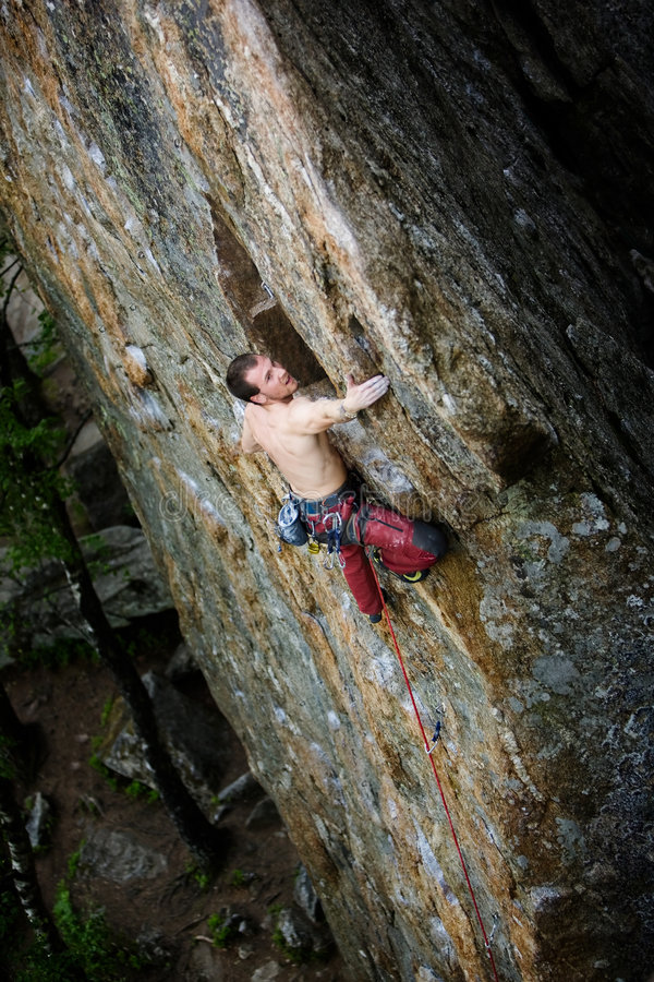 Escalador de roca masculino fotografía de archivo