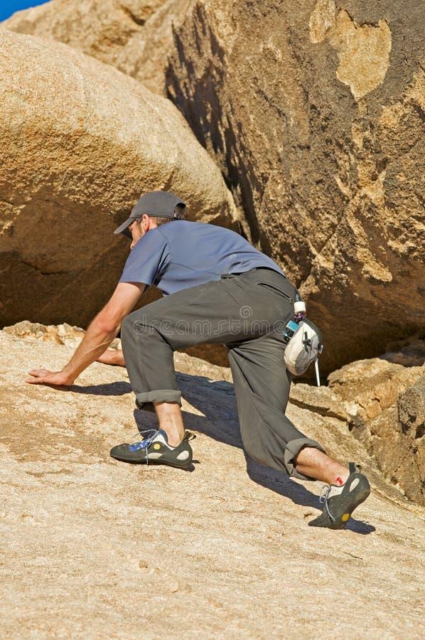 Escalador de roca masculino fotografía de archivo libre de regalías