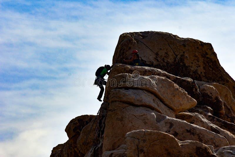 Escalador de roca que lo hace al top imagen de archivo libre de regalías