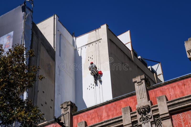 Escalador del pintor de casas que trabaja en fachada de la casa fotos de archivo libres de regalías