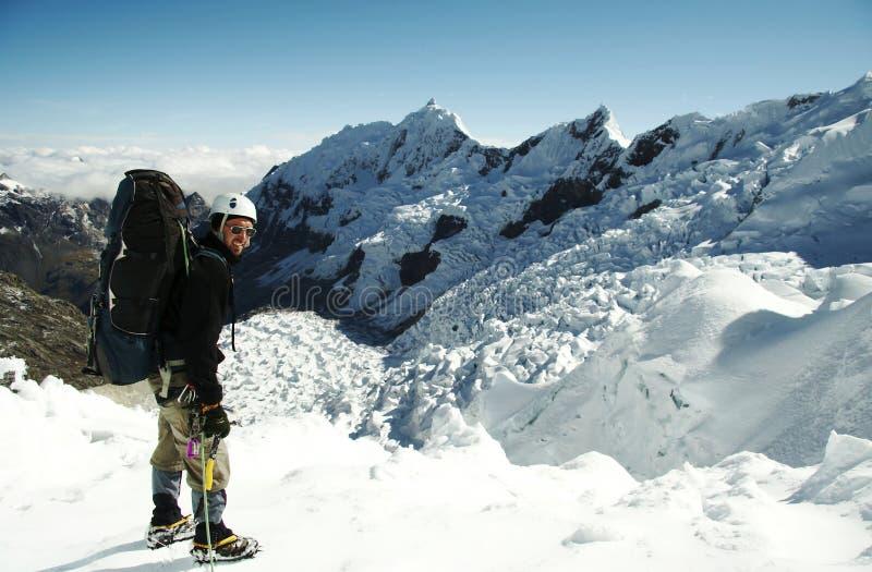 Escalador en el glaciar imagenes de archivo