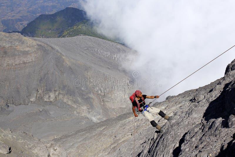 Escalador en el monte Merapi con una sola cuerda imagen de archivo