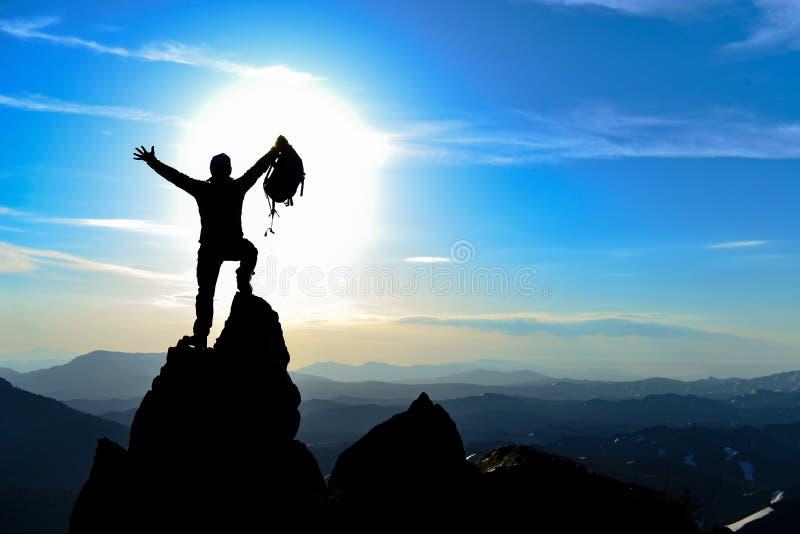 Escalador en el top de la montaña fotografía de archivo libre de regalías