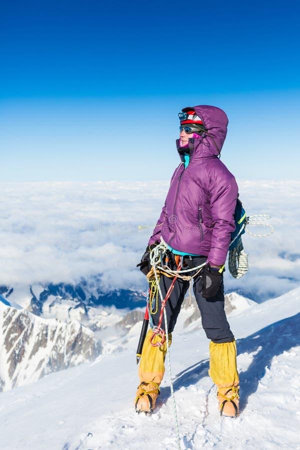 Escalador en el top de la montaña de Mont Blanc imagen de archivo