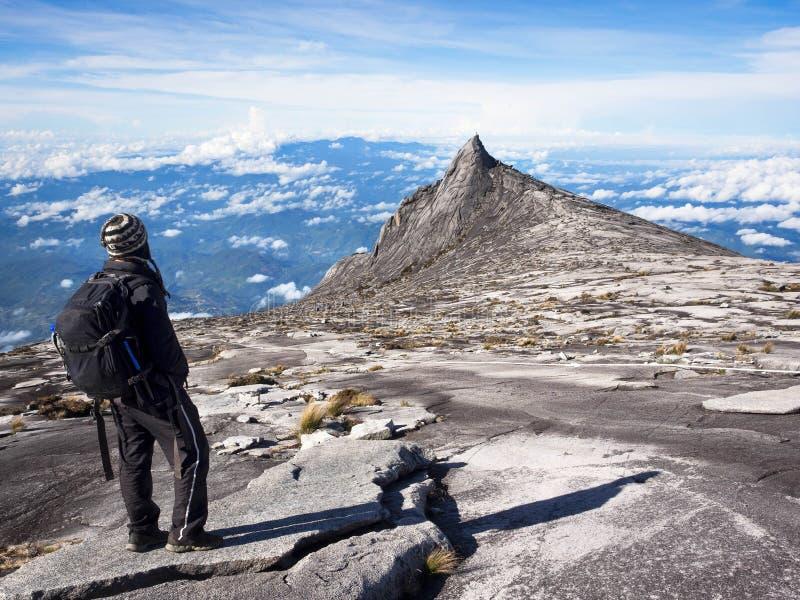 Escalador en la cima del Monte Kinabalu, Sabah, Malasia foto de archivo libre de regalías