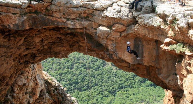 Escalador en la cueva imágenes de archivo libres de regalías