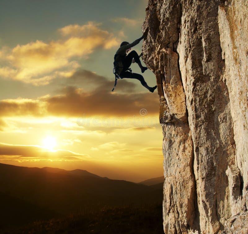 Escalador en puesta del sol fotos de archivo