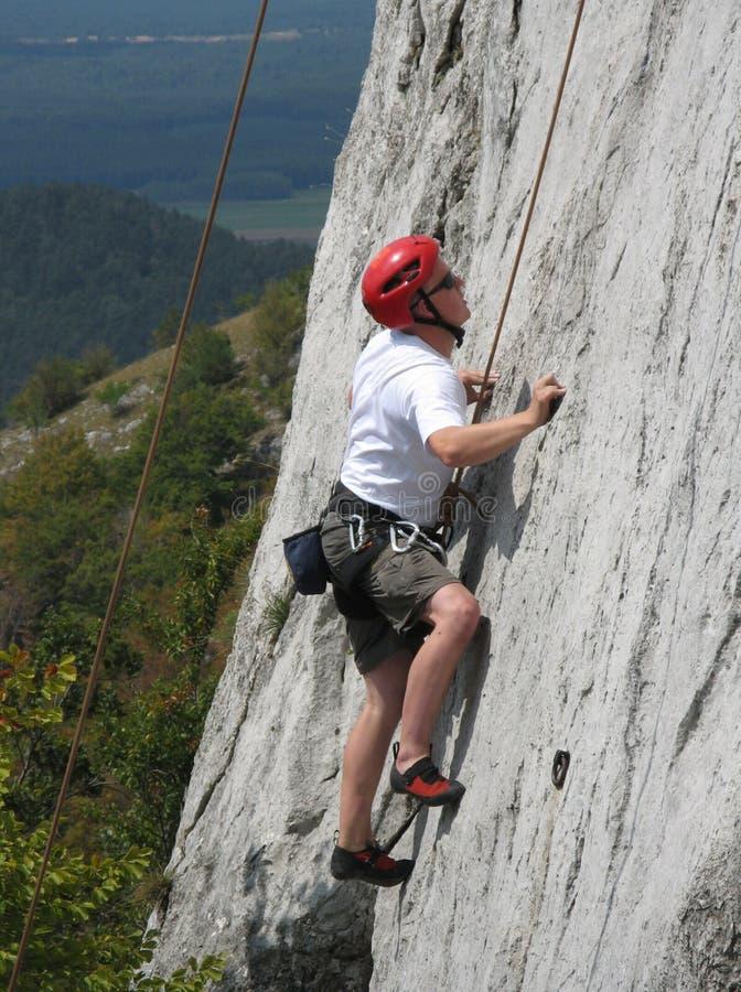Escalador en roca de la piedra caliza fotos de archivo libres de regalías