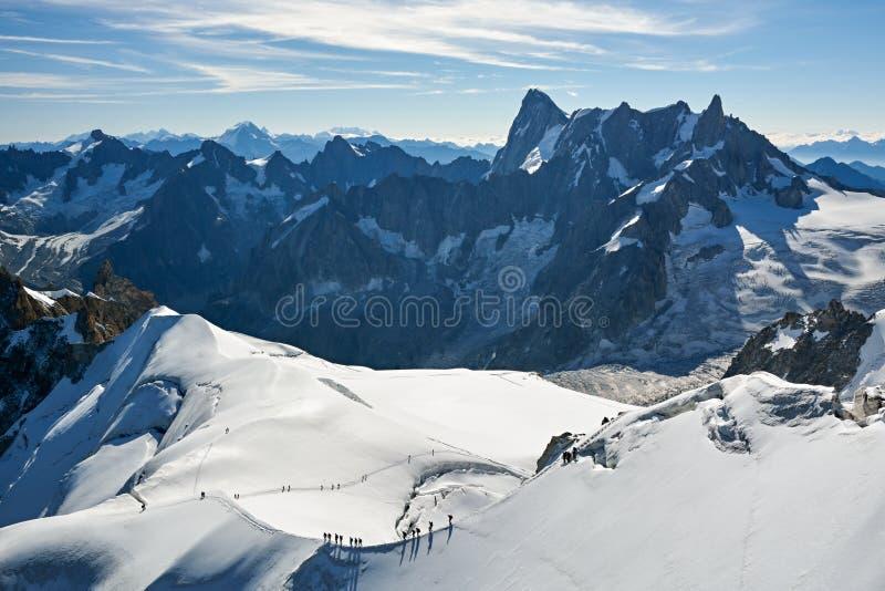 Escaladores cerca de Aiguille du Midi en Francia fotos de archivo libres de regalías
