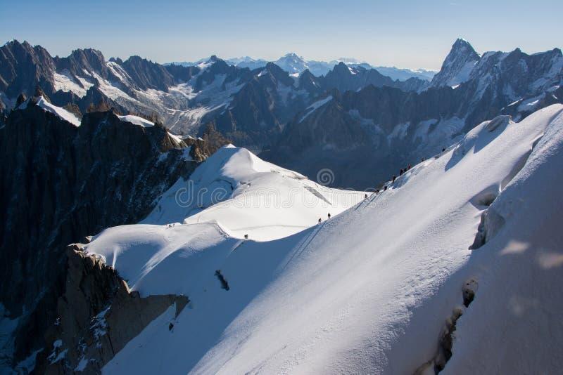 Escaladores de montaña de la nieve imagenes de archivo