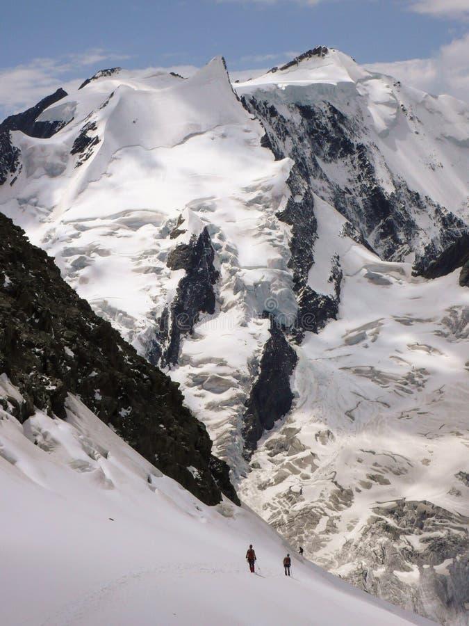 Escaladores de montaña en un glaciar escarpado cerca de Grindelwald en las montañas suizas foto de archivo libre de regalías