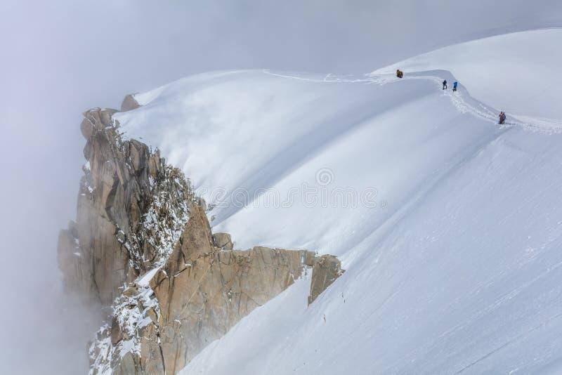 Escaladores en el macizo de Mont Blanc foto de archivo libre de regalías