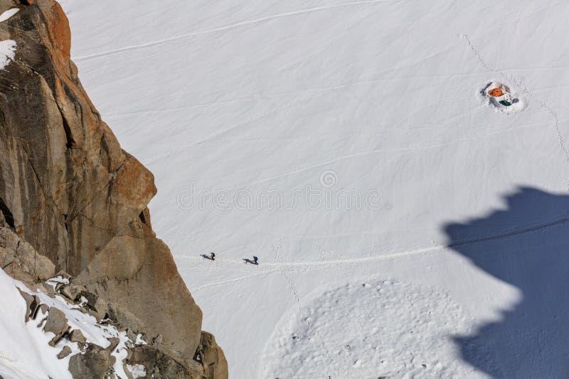 Escaladores en el macizo de Mont Blanc fotografía de archivo