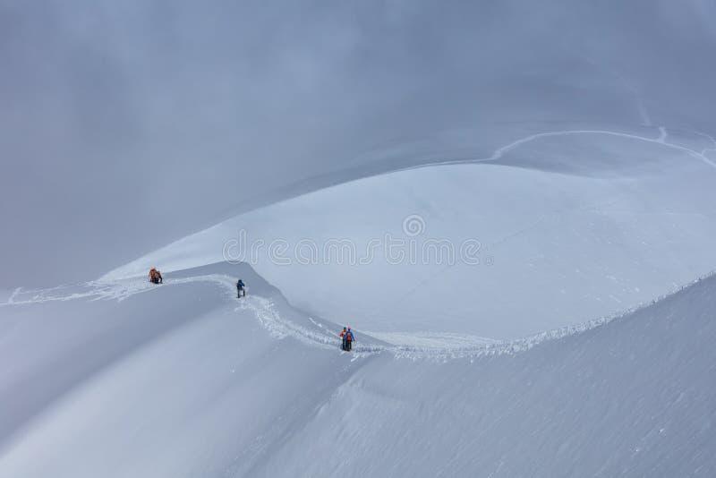 Escaladores en el macizo de Mont Blanc, Francia imagenes de archivo