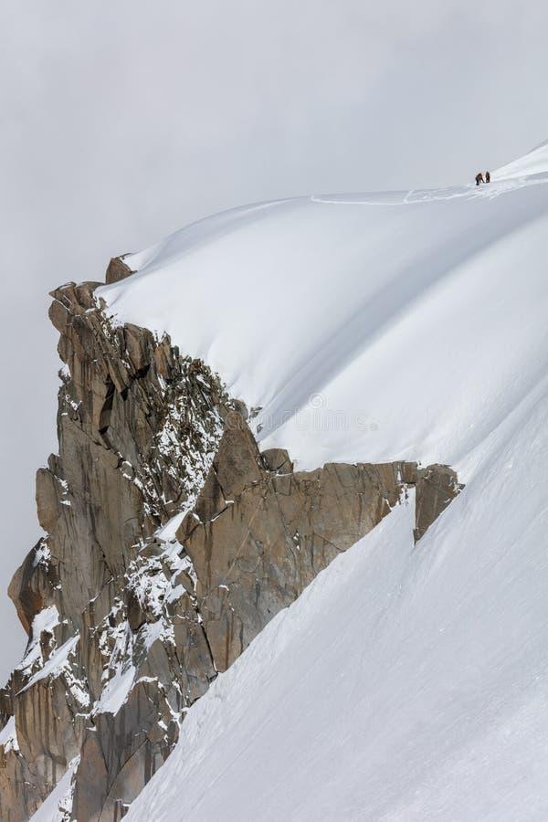 Escaladores en el macizo de Mont Blanc, Francia foto de archivo