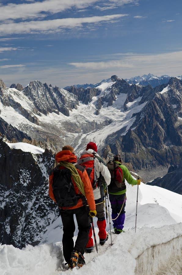 Escaladores en la montaña nevosa imagen de archivo libre de regalías