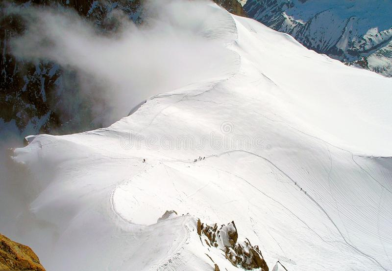 Escaladores en las cuestas de Mont Blanc imágenes de archivo libres de regalías
