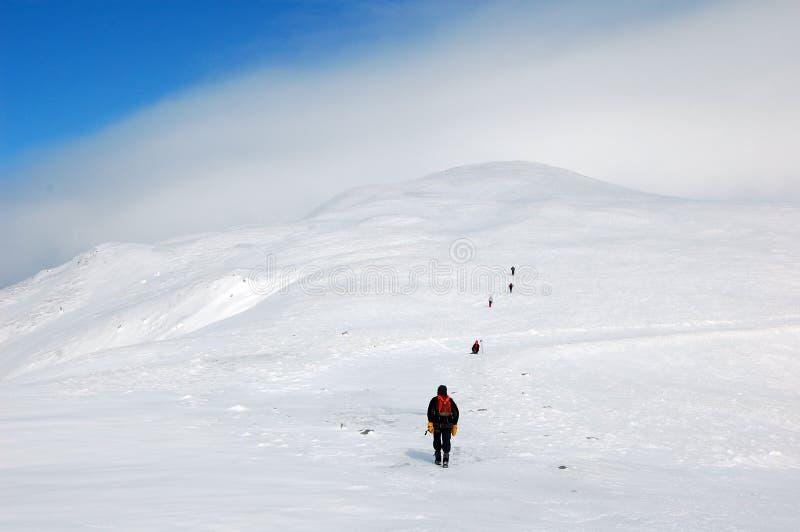 Escaladores en montañas imagenes de archivo