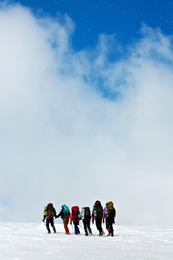 Escaladores en montañas del invierno fotos de archivo libres de regalías