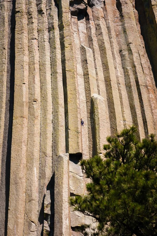 Escaladores en torre de los diablos en Wyoming imágenes de archivo libres de regalías