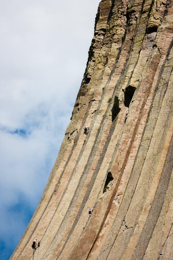 Escaladores en torre de los diablos en Wyoming imagenes de archivo