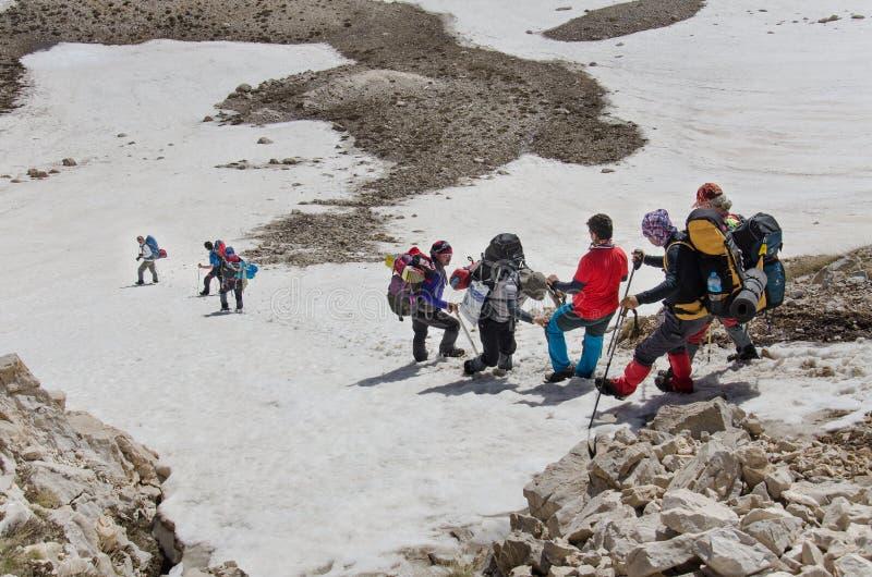 Escaladores que descienden de cumbre de la montaña foto de archivo libre de regalías