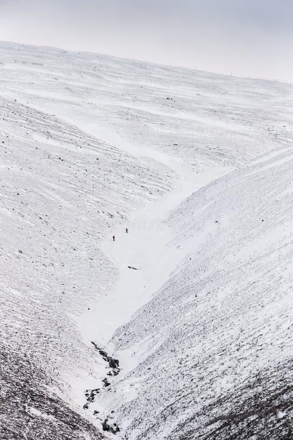 Escaladores que descienden la montaña de Cairngorm en Escocia fotografía de archivo libre de regalías