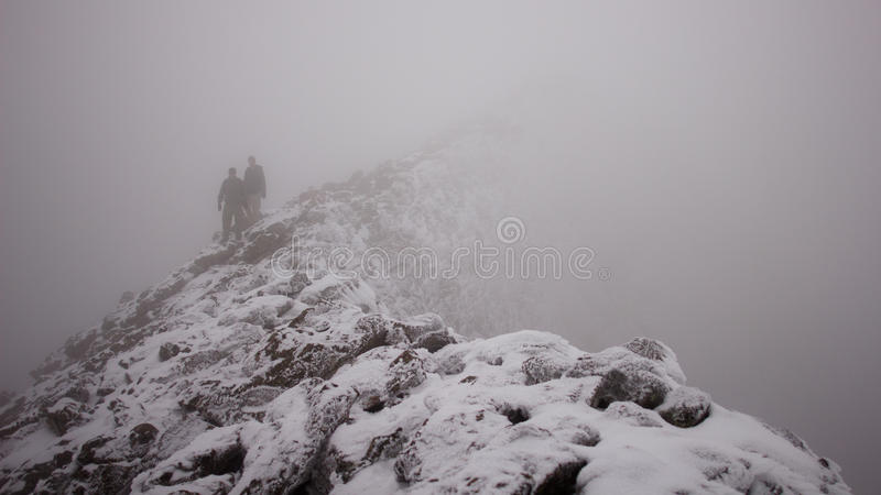Escaladores que descienden una montaña fotografía de archivo libre de regalías