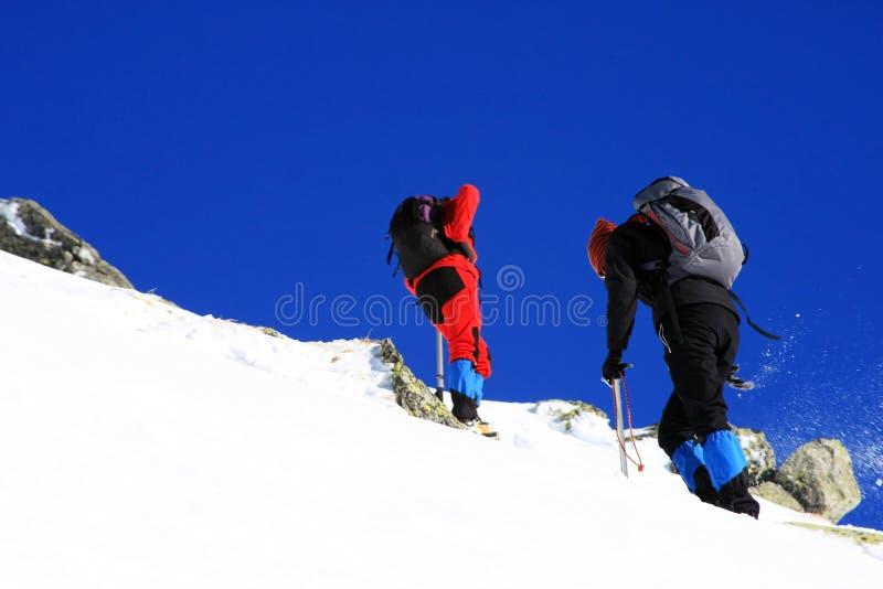 Escaladores que van para arriba la montaña en las montañas de Retezat, Rumania fotografía de archivo libre de regalías