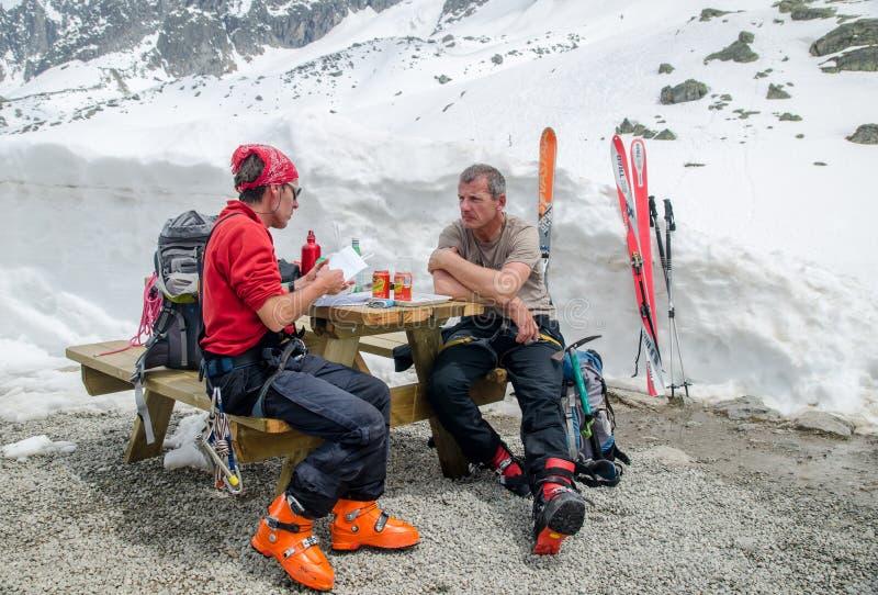 Escaladores y freeriders en las montañas francesas de las montañas Macizo de Mont Blanc, Aiguille du Midi Chamonix imagenes de archivo