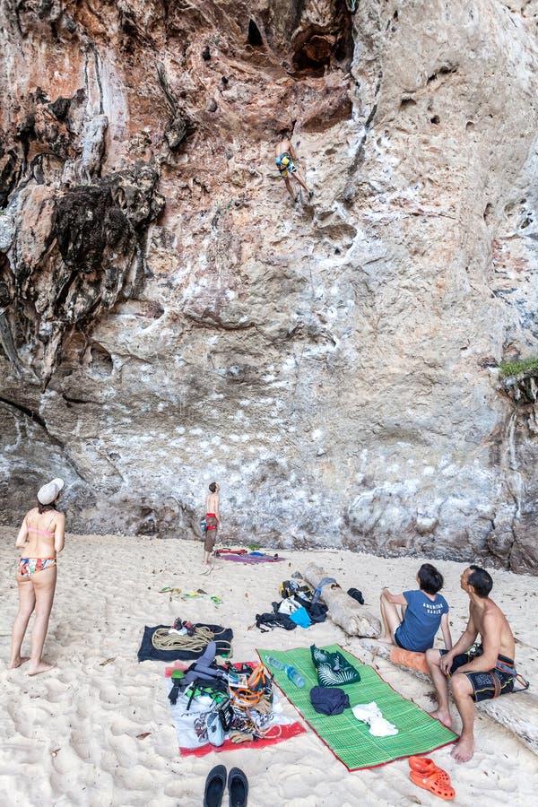 Escaladores y turistas de roca en la playa de Railay fotos de archivo libres de regalías