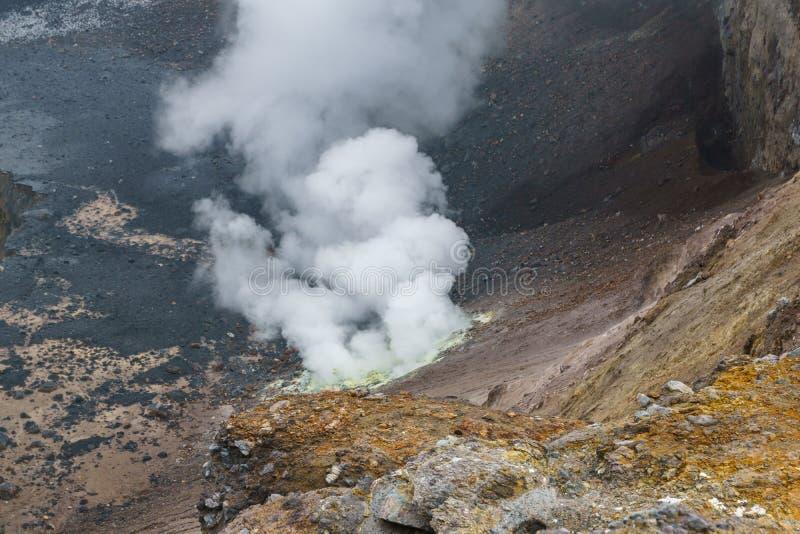 Escalando à parte superior do vulcão de Mutnovsky, Rússia fotos de stock royalty free