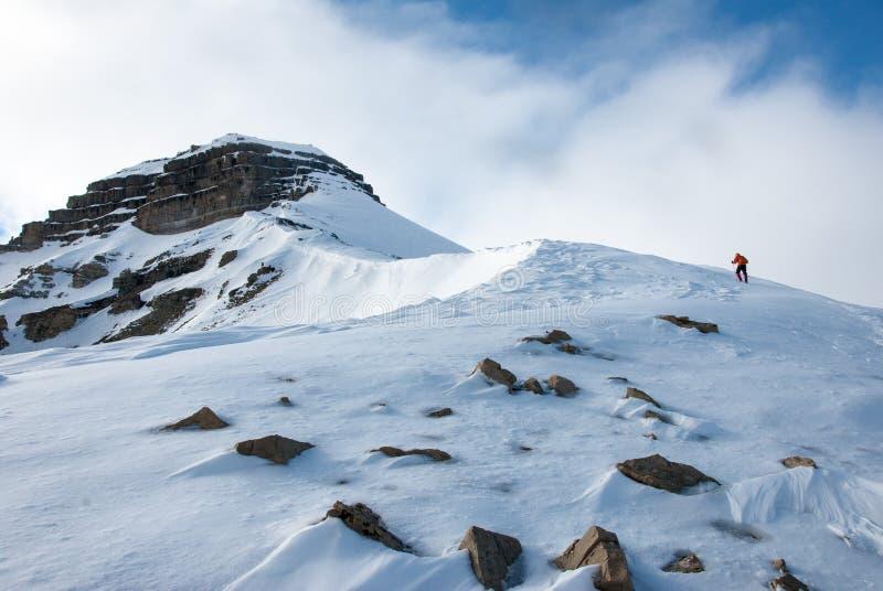 Escalando acima a montanha de Pyramida na cidade fantasma Pyramiden do russo no arquipélago de Svalbard no ártico alto fotos de stock royalty free