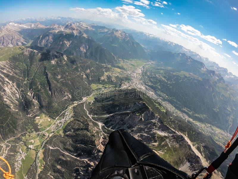Escalando em até 5000 térmicos mt com paraglide em um dia ensolarado bonito, França fotografia de stock royalty free