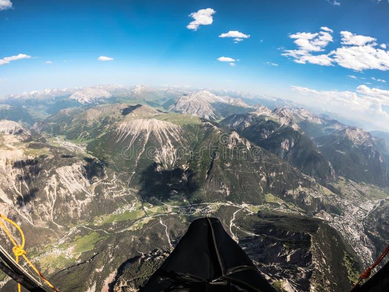 Escalando em até 5000 térmicos mt com paraglide em um dia ensolarado bonito, França fotografia de stock